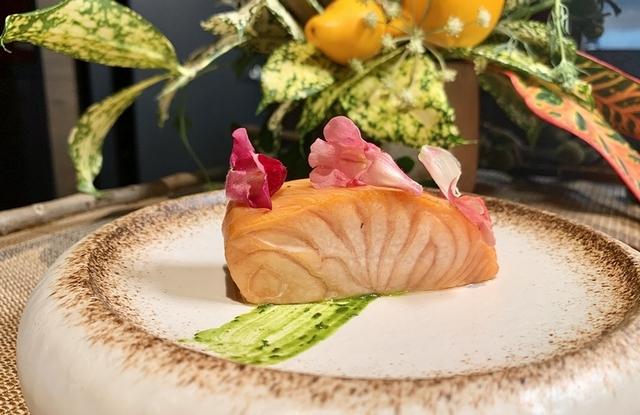 粉紅胡椒、鮭魚、香草