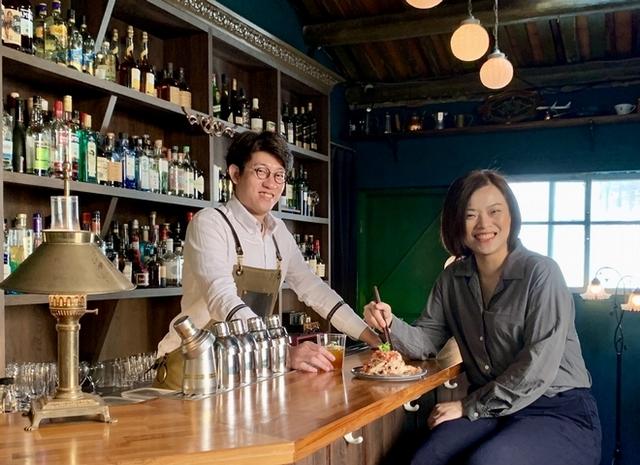 主理人兼調酒師 Benjamin 負責研發調酒,妻子 Bella 則依照調酒施展好手藝,烹調美味下酒菜。(左起為 Benjamin、 Bella)