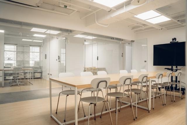 簡潔明亮的會議室