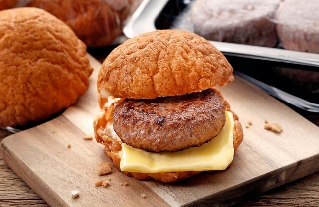 胡同X菠蘿麵包聯名「和牛漢堡肉菠蘿麵包」冰火菠蘿+和牛漢堡肉好罪惡!限時優惠價快搶購