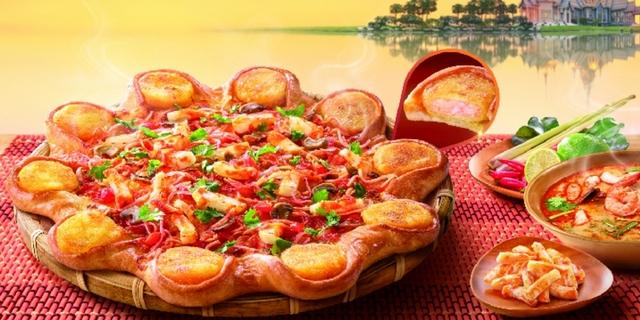 必勝客超狂比薩「冬蔭功蝦餅比薩」金錢蝦餅+滿滿香菜限時開賣!搭配道地「泰式酸甜唐揚雞」最對味,完全一秒到泰國