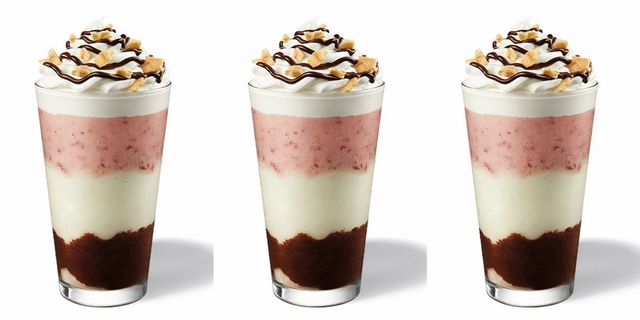星巴克人氣新品「那不勒斯星冰樂」漸層感太美!草莓香草+鬆餅餅乾根本夢幻組合,網美通通人手一杯