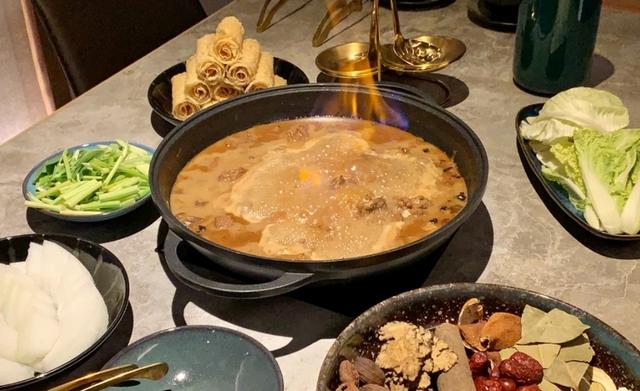 馳名火焰鵝 1,580元(附季節鮮蔬及高湯)