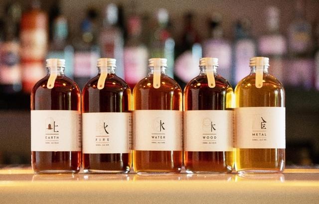 採用瓶裝設計的茶調酒,將象形文字結合LOGO設計,譬如「木」藏有年輪、「水」意謂潮汐、「火」代表人類文明、「土」則是終結與歸根。