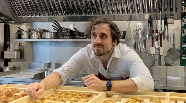 英國主廚 James Sharman 採用現磨小麥、葉黃素蛋黃製成麵餃與麵條