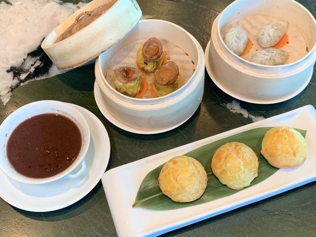左上:鮑魚燒賣皇 330元、松露蛋白海鮮餃 240元、鳳梨叉燒波蘿包 180元、十年陳皮紅豆沙 220元