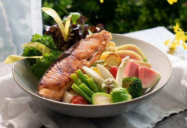 嫩煎厚片鮭魚能量蔬果盆 580元