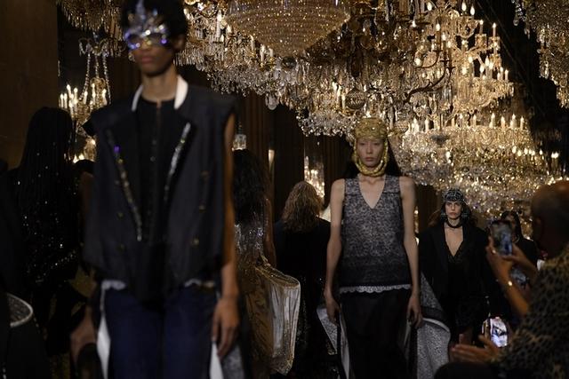 亮點1:復古氣氛的水晶吊燈