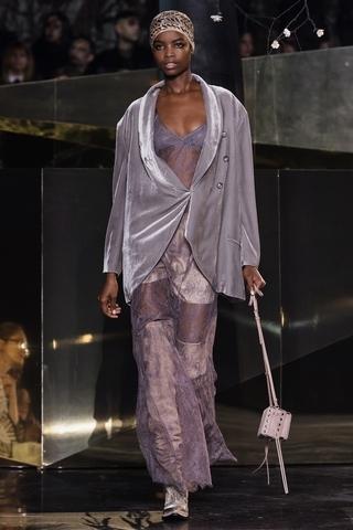 層層疊疊的蕾絲襯裙則展現  女性嬌美氣韻。