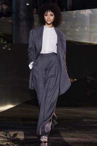 褲子採用高腰設計,寬鬆垂落至腳邊。
