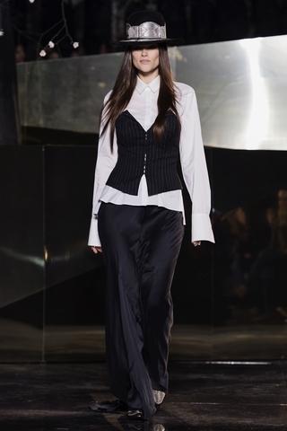 硬挺的白襯衫永遠是衣櫃內的必備款式,特別是添加了誇張的衣袖後。
