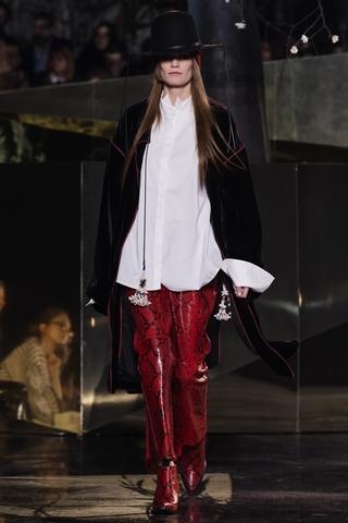 各種布料的配搭碰撞出質感的多樣性,從絨毛外套到天鵝絨服裝和印花絲綢。