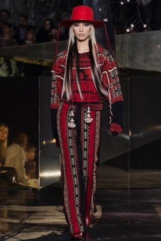 豐富的刺繡突顯民族圖案,而串珠與水晶則帶來立體的視覺享受