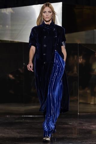 如鑲有銀線細條紋的藍絲絨裹身裙,長袖連身裙沿著身體曲線垂落至地面。