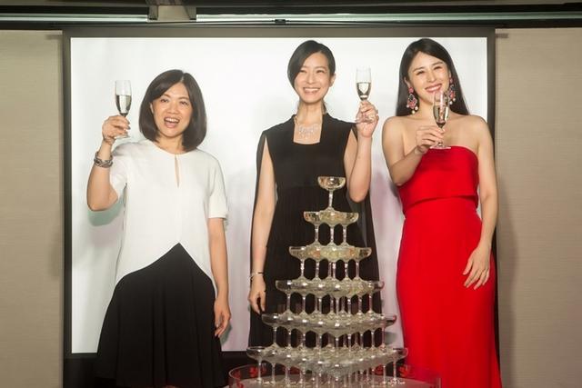 明潮總編輯呂安緁、賴雅妍、穆熙妍,一同舉杯歡慶。