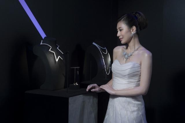 賈靜雯戴上鑽石煙花