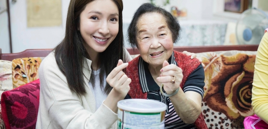即時攙住92歲老奶奶!楊謹華做公益「筷」樂陪伴
